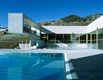 Arlberg Well.com - outdoor pool and mountains
