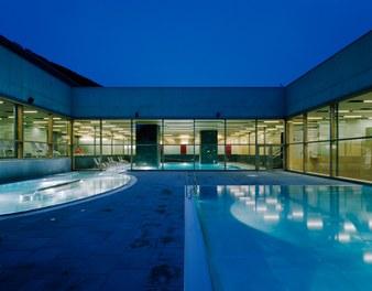 Arlberg Well.com - outdoor pool at night
