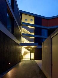 Housing and Business Location Am Garnmarkt - night shot
