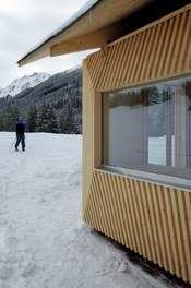 Valüna Lopp - Cabin for Cross-Country Skiers - detail of facade