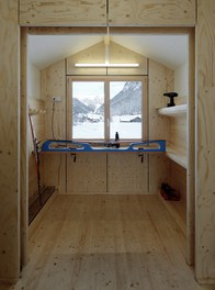 Valüna Lopp - Cabin for Cross-Country Skiers - internal space with preparation tools