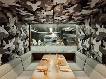 Restaurant Shiki - view into kitchen with chef
